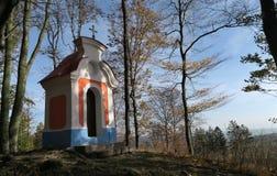 Kaple de Korycanska - pequeña capilla en las montañas de Chriby en Moravia del sur imagen de archivo libre de regalías
