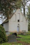 Kaplica i cmentarz w miasteczku Poggendorf, Mecklenburg-Vorpommern, Niemcy obraz royalty free