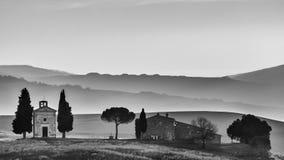 Kaplica madonna Di Vitaleta w czarny i biały przy świtem dzień, San Quirico d «Orcia, Tuscany, Włochy zdjęcie stock
