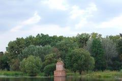 Kaplica na bankach rzeka wokoło drzew Zdjęcie Royalty Free