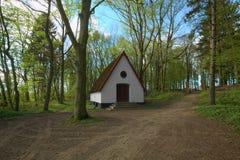 Kaplica przed Waldfriedhof w Dambeck blisko Greifswald, Niemcy (lasowy cmentarz) zdjęcia royalty free