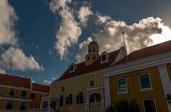 Kaplica przy gubernatora domem z chmurami Obraz Stock