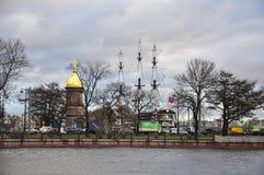 Kaplica trójca Zhivonachalnaya i fregata Blagodat na Neva rzece w St Petersburg, Rosja Obraz Royalty Free