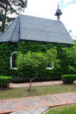 Kaplica z zielonymi drzewami Obrazy Stock