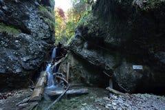 Kaplnkovy vodopad, via Ferrata HZS Kysel, Slovensky raj, Slovakien royaltyfri bild