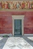 Бродяга спать на двери соотечественника и университета Kapodistrian Афин Стоковые Фотографии RF