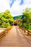 Kappa en bois Bashi V centré par pont de plate-forme de Kamikochi Photo stock