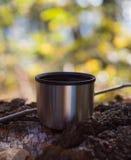 Kappe des Tees von der Thermosflasche im Herbstwald Stockbilder