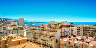 Kappe Martin als gesehene durch Stadtgebäude in Monaco Lizenzfreie Stockfotografie