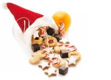 Kappe von Sankt Nikolaus mit Bonbons Stockbilder