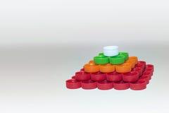 Kappen van plastic die flessen, in regelmatige vierhoekige pyram worden verzameld royalty-vrije stock fotografie