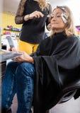 Kapper Applying Hair Dye aan Vrouw in Salon royalty-vrije stock afbeeldingen