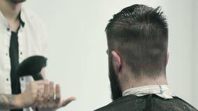 Kapper die borstel voor het schoonmaken van gezicht voorbereiden stock footage