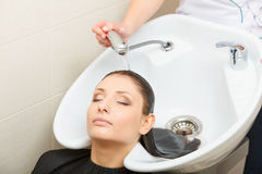Kapper die haar haar van de vrouwenklant wassen Royalty-vrije Stock Fotografie