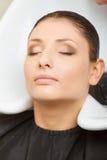 Kapper die haar haar van de vrouwenklant wassen Royalty-vrije Stock Afbeeldingen