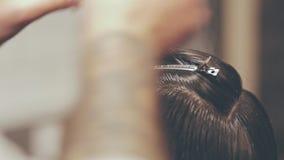 Kapper die haarclippers met behulp van Het mannelijke kappen hairstyle Haarhaarspeldje stock videobeelden
