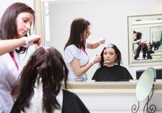 Kapper die kleuren vrouwelijke klant toepassen bij salon, die haarverf doen Royalty-vrije Stock Afbeelding