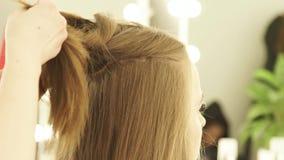 Kapper die lang haar met klem voor het hairstyling in herenkapper bevestigen Sluit kapper omhoog het werken met vrouw stock videobeelden