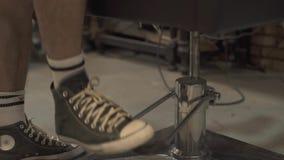 Kapper die stoel in kapperswinkel opheffen Stoel voor haarknipsel in herenkapper Het binnenland van de kapperswinkel Stilerend Ha stock footage