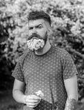 Kapper en kapselconcept De mens met baard en de snor op strikt gezicht, groene achtergrond, defocused Gebaarde mens met stock afbeelding