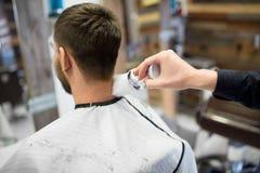 Kapper met borstel die mannelijke hals schoonmaken bij herenkapper royalty-vrije stock fotografie