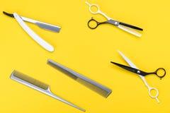 Kapperspunten voor kapsels en haarverzorging, heldere gele achtergrond stock foto's