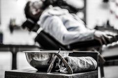 Kapperswinkel, scheermes Uitstekend Recht Scheermes Schoonheidsvrouw met Lang Gezond en Glanzend Vlot Zwart Haar Close-up recht s royalty-vrije stock afbeelding