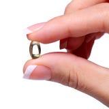 Kapsel des Vitamins A in der weiblichen Hand. Fisch-Öl oder Omega-3 Stockbild