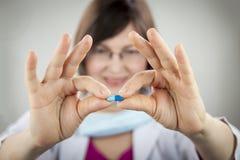 Kapsel för blått för kvinnadoktorsinnehav Royaltyfri Fotografi