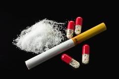 Kapsel och cigarett och kokain Arkivfoton