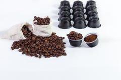 Kapseln des gemahlenen Kaffees für Kaffee, Röstkaffeebohnen in a Stockfoto