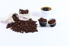 Kapseln des gemahlenen Kaffees für Kaffee, Röstkaffeebohnen in a Lizenzfreies Stockbild