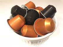 Kapseln des orange und schwarzen Kaffees Stockbild