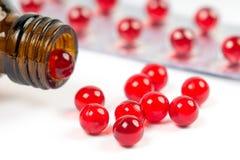 Kapseln des Vitamins e mit geöffneter Flasche und Blisterpackung lizenzfreie stockfotos