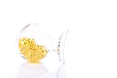 Kapseln för fiskolja, för fiskolja för omega 3-6-9 mjuk guling stelnar kapslar Arkivfoto