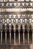 Kapseln Sie Spalten des Steins des Landhauses Rufolo in Ravello, Amalfi-Küste, Kampanien, Italien ab Stockfoto