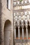 Kapseln Sie Spalten und Bogen des Steins des Landhauses Rufolo in Ravello, Amalfi-Küste, Kampanien, Italien ab patio Lizenzfreies Stockfoto