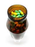 Kapseln und Medizin-Flasche, Gelbgrün-Pillen Stockfotografie