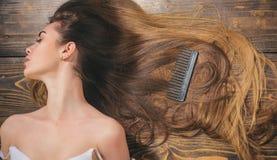 In kapsels De Salon van het schoonheidshaar Vrouw met mooi lang haar op houten achtergrond Lang haar royalty-vrije stock foto's