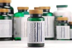 Kapslar av dietary supplements och behållare Royaltyfri Bild