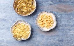 Kapslar för Coenzyme Q10, för omega 3 och för vitamin E dietary supplements royaltyfri foto