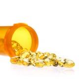 Kapslar för fiskolja med preventivpillerflaskan som isoleras på vit. Omega-3 Arkivfoto