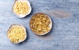 Kapslar för omega 3, för Coenzyme Q10 och för vitamin E dietary supplements arkivfoto