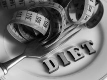 Kapslar och preventivpillerar på plattan med gaffeln, bantar och viktförlust Royaltyfri Bild