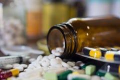 Kapsuł pigułki z medycyna antybiotykiem w pakunkach fotografia stock