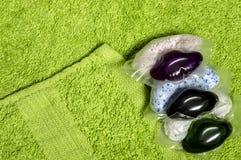 Kapsuły z proszkiem i gel dla myć na Terry ręczniku zdjęcie royalty free