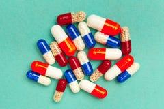 kapsu?y & x28; pills& x29; na turkusowym tle Medyczny t?o, szablon fotografia royalty free