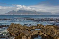 Kapsztad i Stołowa góra jak widzieć od Robben wyspy Zdjęcia Stock