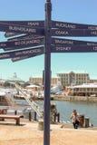 Kapsztad - 2011: Znaki pokazuje odległości ważni miasta zdjęcia stock