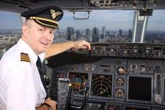 Kapten av nivåflugan över storstaden arkivbilder